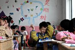 Phụ huynh Trung Quốc vui mừng khi thoát 'cùm' vô địch
