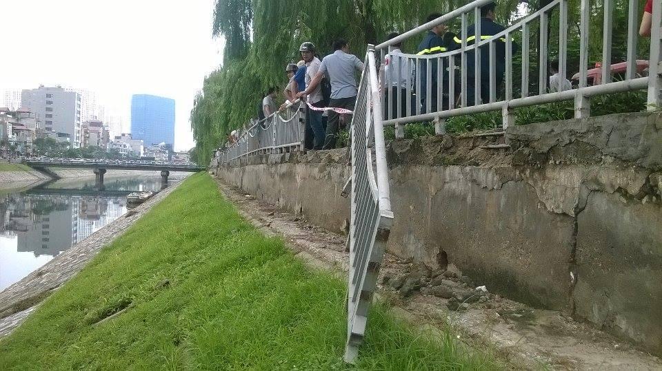 Hà Nội: Chủ quán trà đá ngẫu hứng, taxi 'bay' xuống sông
