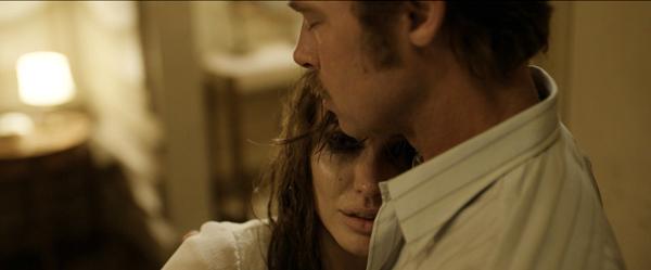 Brad Pitt bị Angelina Jolie tát, đạp khỏi giường