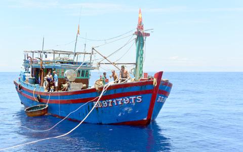 Ứng cứu gần 20 thuyền viên gặp nạn trên biển Đông