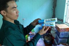 Người dân vùng lũ nhận hàng cứu trợ quá hạn sử dụng 5 năm