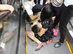 Hà Nội: Đi đám cưới, bé trai kẹt chân ở thang cuốn