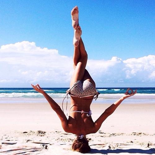 Người đẹp gợi cảm mặc bikini tập yoga điêu luyện