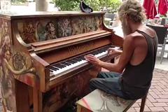 Màn trình diễn piano tuyệt vời của người đàn ông vô gia cư