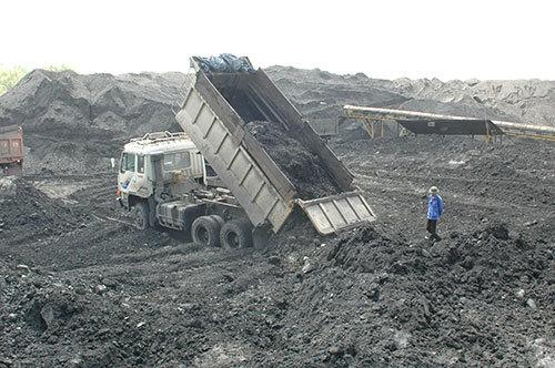 Hơn 10 triệu tấn tro than 'phủ' đầu người dân