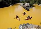 Sông ô nhiễm vì cục môi trường đổ nhầm chất thải