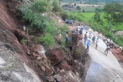 Lở núi, 4 người bị đá đè thương vong