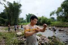 Trai tráng Bản Viêng kéo dây điện tận diệt cá suối