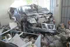 Xe bán tải đâm sập tường nhà dân, tài xế nhập viện