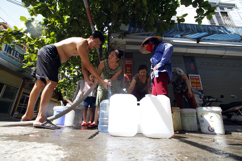 sông đà, vỡ ống, hứng nước, khát nước, mua nước, Mỹ Đình
