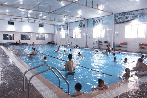 Những bể bơi trong nhà lý tưởng cho thời tiết nắng mưa thất thường ở Hà Nội