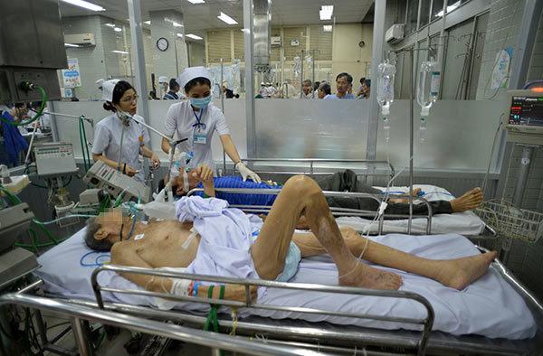Trắng đêm 'giành sự sống' ở bệnh viện lớn nhất Sài Gòn
