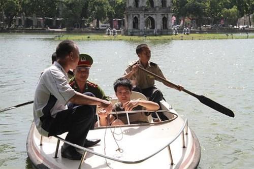 Nam thanh niên bơi ra Tháp Rùa để... tránh nóng