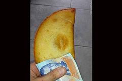 Dân Venezuela dùng tiền thay giấy ăn