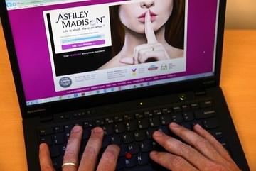 Hàng triệu đôi tình nhân ở Mỹ lo lắng vì web hẹn hò bị hack