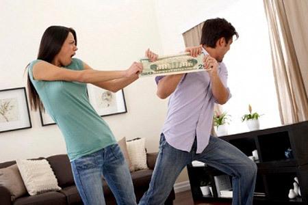 Phát điên vì cả họ nhà chồng coi con dâu là… cây ATM