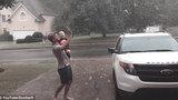 Bé thích thú khi được bố tắm mưa lần đầu
