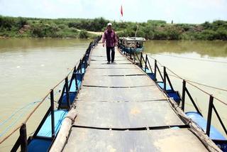 Tích cóp 25 năm, bỏ 300 triệu làm cầu phao vượt sông