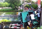 Gần 4 tiếng giải cứu tài xế xe tải lao xuống ao