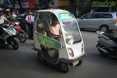 Ôtô điện kiểu dáng lạ lăn bánh trên đường phố Hà Nội