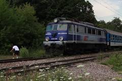 Trò nghịch dại đùa với tử thần trên đường ray