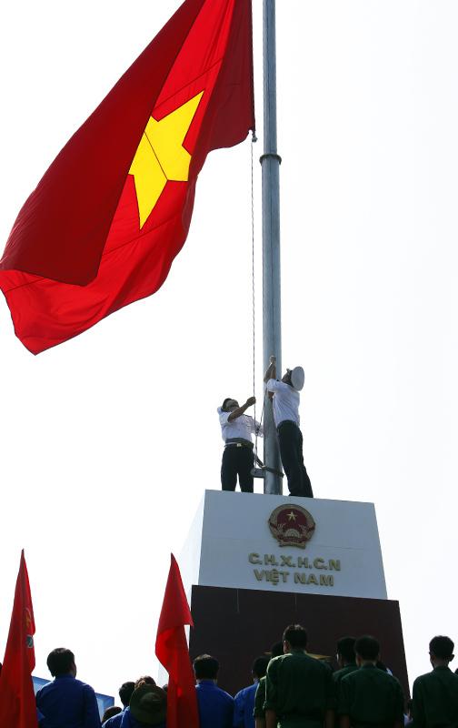 Thượng cờ Tổ quốc nơi đảo tiền tiêu - 3