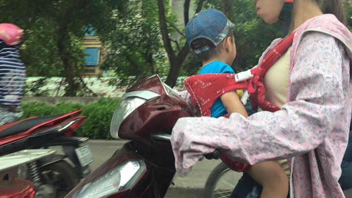 Rùng mình cách mẹ Việt đèo con nhỏ bằng xe máy