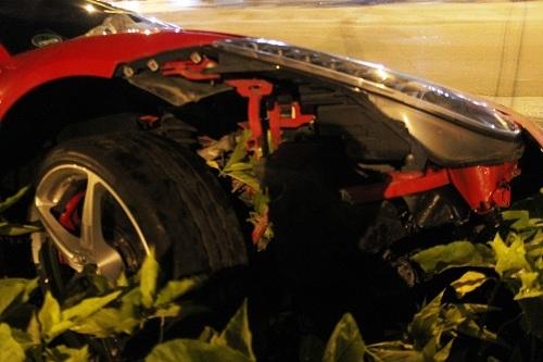 Vụ tai nạn khiến siêu xe bị hư hỏng, may mắn người cầm lái không bị thương tích. Sau tai nạn, chủ phương tiện che biển số siêu xe lại.