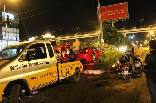 Lực lượng chức năng quận Bình Thạnh đã đến ghi nhận hiện trường. 3 giờ sau, hai xe cẩu đến hiện trường giải cứu xe gặp nạn.