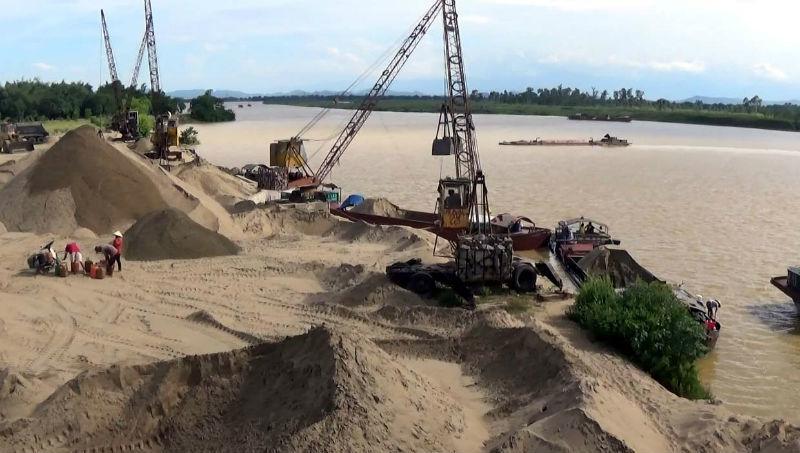 Bãi cát 'chui' mọc như nấm bên sông Lam