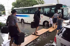 Sân bay Thượng Hải ngập lụt, hành khách lội nước bì bõm