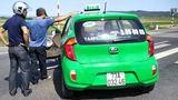 Taxi chở ma túy tông vào CSGT rồi chạy trốn