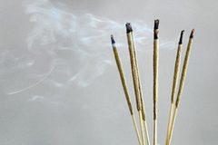 Khói hương chứa nhiều độc tố hơn khói thuốc lá