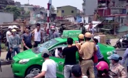 bắt khẩn cấp, tài xế taxi, chạy trốn CSGT, náo loạn