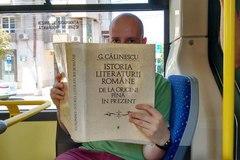 Đọc sách trên xe buýt được miễn vé