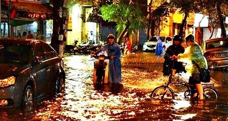 Hà Nội mưa to, nhiều tuyến phố bị ngập