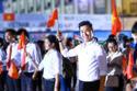 MC Nguyên Khang rước cờ cùng 7000 thanh niên