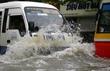 Bí kíp lái ô tô, xe máy qua vùng ngập nước