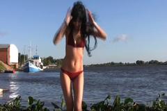 10 clip 'nóng': Biến áo phông cũ thành bikini gợi cảm
