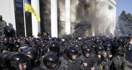 Hỗn loạn bùng phát ở thủ đô của Ukraina