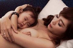 Những bộ ảnh bà mẹ ngực trần cho con bú gây tranh cãi