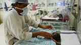 Bệnh viện quá tải, hàng chục trẻ tử vong