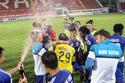 B.Bình Dương bật champagne ăn mừng chức vô địch ở Lạch Tray