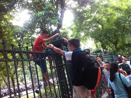 Hết chỗ, dân đua nhau trèo tường 'đi tắt' xem diễu binh