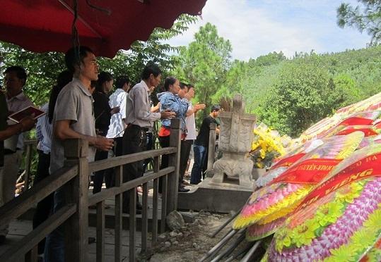 Tết Độc lập, hàng nghìn người viếng mộ Đại Tướng - 3