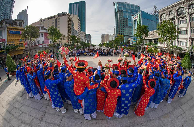 Lung linh lễ cưới của 100 đôi uyên ương ở Sài Gòn
