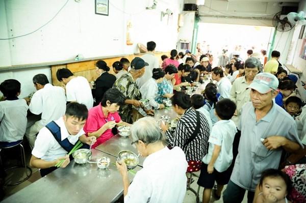 Chuỗi quán cơm 2.000 đồng, dân nghèo Sài Gòn không lo đói
