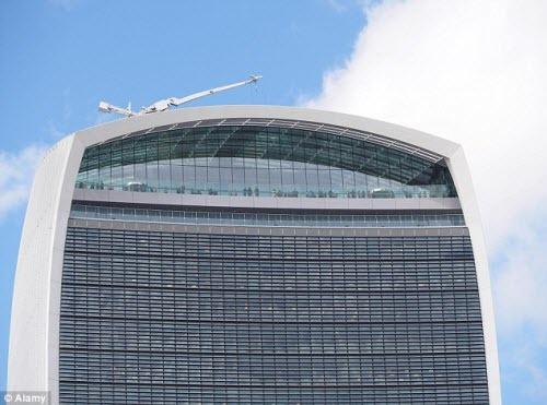 Tòa nhà kỳ dị có khả năng làm biến dạng xe hơi