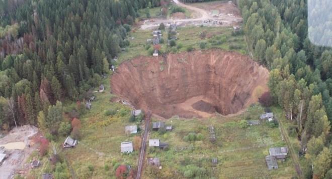 'Hố tử thần' ở Nga ngày càng mở rộng, 'nuốt' hàng loạt ngôi nhà
