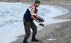 Ám ảnh vì đôi mắt vẫn mở của em bé Syria